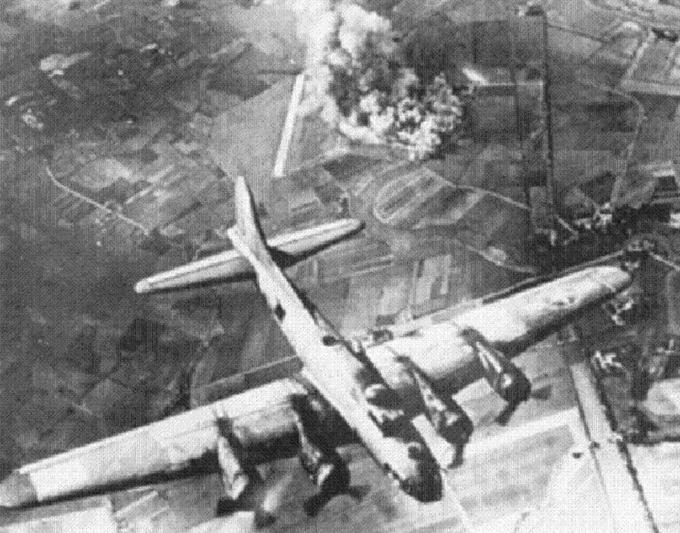 Nalot B-17 na fabrykę messerschmitta koło Malborka. Październik 1943r. Zdjęcie LAC