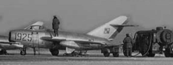 Lim-2 nb 1925 na Lotnisku Krzesiny podczas uzupełniania paliwa. 1959r.