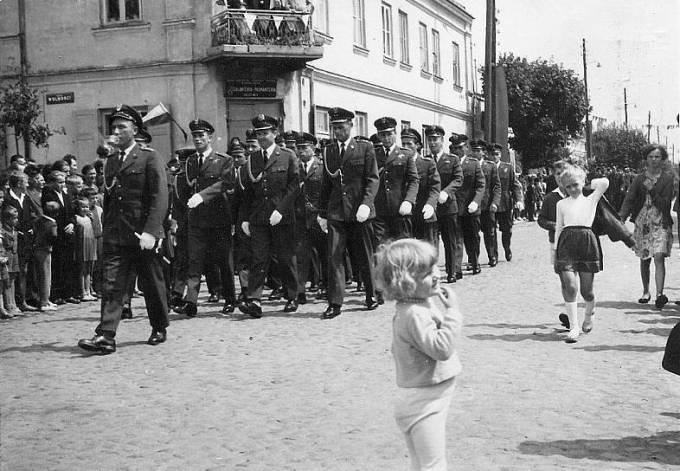 Przemarsz pododdziału Oficerów Lotnictwa Wojska Polskiego w Nowym Mieście nad Pilicą. Około 1965r. Zdjęcie Grzegorz Pazura.