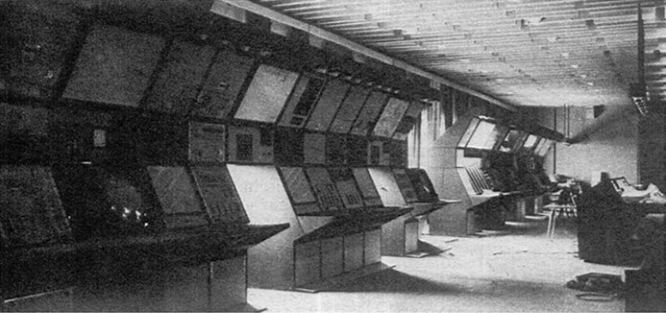 Sala operacyjna w trakcie modernizacji. Widok na część Kontroli obszaru. 1982 rok. Zdjęcie LAC