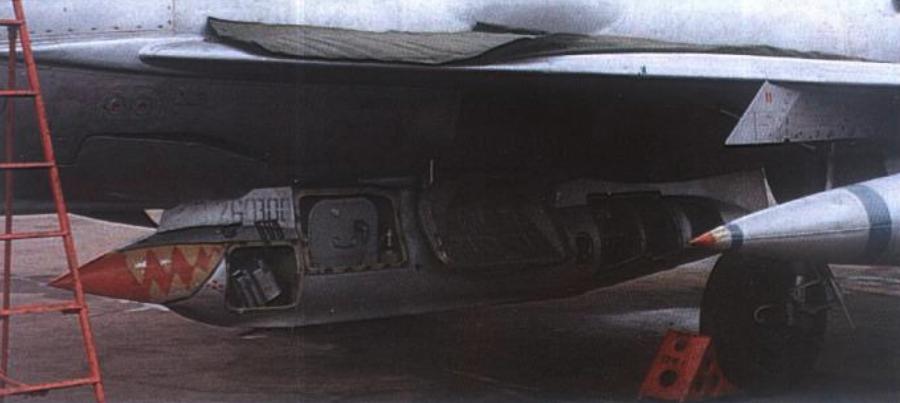 Zasobnik Typu D podwieszony pod kadłubem MiG-21 R 1980 rok. Zdjęcie Jerzy Gruszczyński