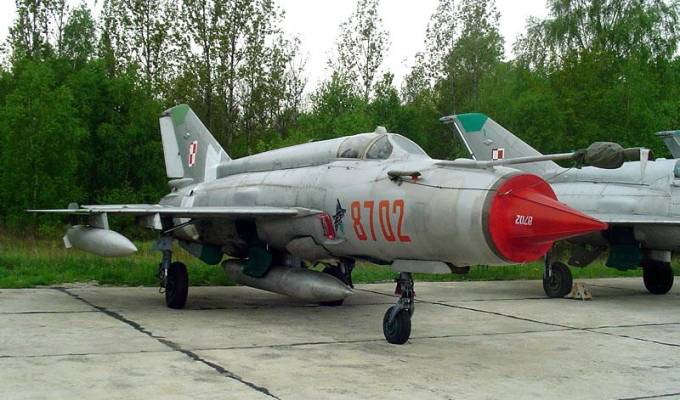 MiG-21 bis nb 8702 na Lotnisku Krzesiny. Już z Krukiem na kadłubie. 2002r.