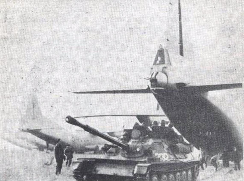 Wyładunek dział ASU-85 na lotnisku w Erfurcie. 21.10.1965 roku. Zdjęcie LAC