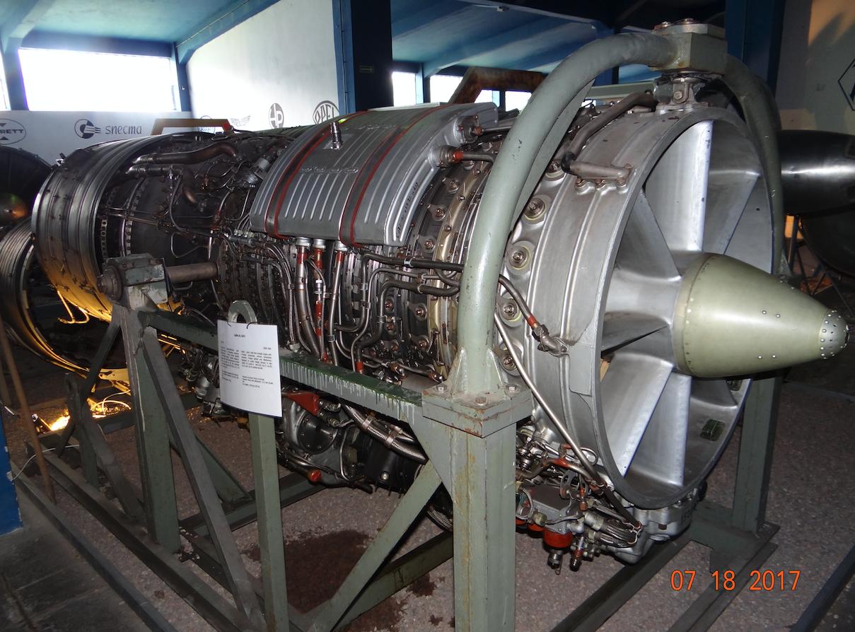 Silnik Al-21. Widoczny układ regulacji łopatek stojana. 2017 rok. Zdjęcie Karol Placha Hetman