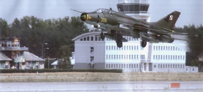 Zdjęcie nie najwyższej jakości, ale przedstawia dawny i nowy dom pilota z wieżą oraz Su-22 UM 3 K nb 308, który był symbolem Powidza przez 23 lata.