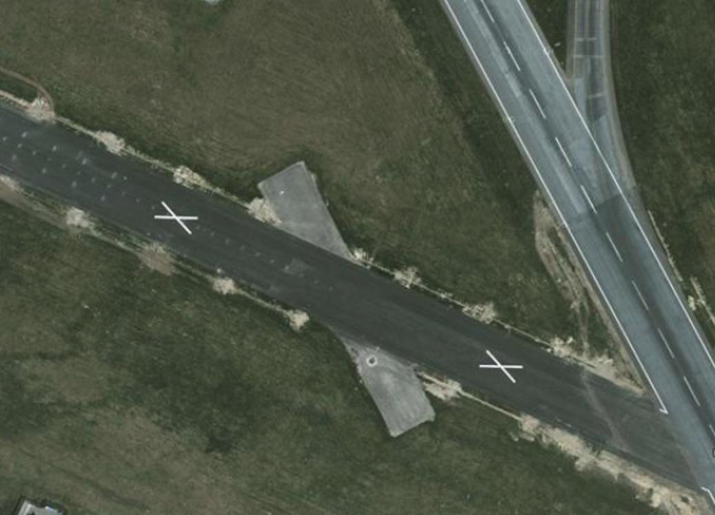 Przykład oznakowania wyłączonej z użycia na czas remontu drogi startowej. 2011 rok. Zdjęcie google
