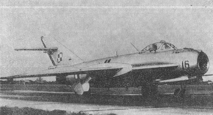 Lim-5 M nb 16 na lotnisku.