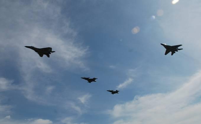 Wspólny przelot Polskich MiG-29 i czeskich JAS 39 Gripen. 31.08.2012r.