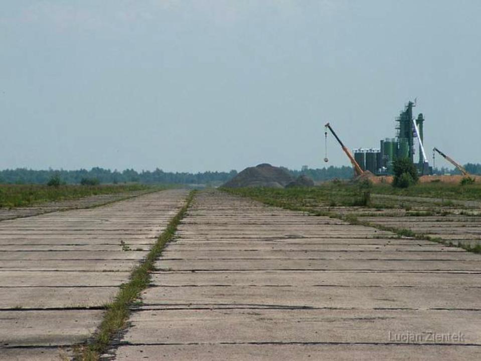 Lotnisko Krzywa, droga startowa i widoczna betoniarnia. 2007 rok. www.fortyfikacje.legnica