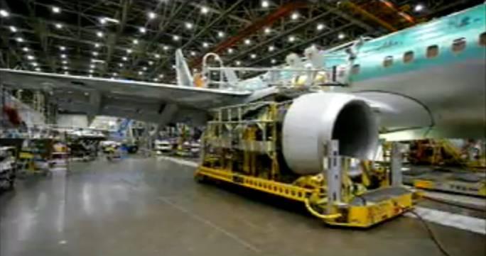 Montaż silników także odbywa się podczas ruchu samolotu. Renton 2011r.