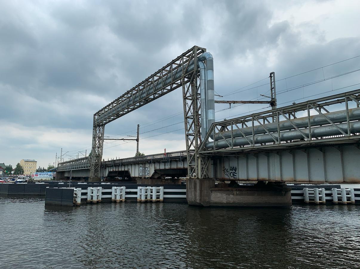 Żelazny most kolejowy z obrotowym jednym przęsłem. 2021 rok. Zdjęcie Karol Placha Hetman