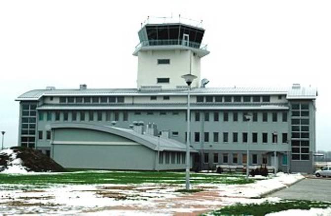 Krzesiny w budowie. Port lotniczy z wieżą. Widok od strony zaplecza. 2005r.