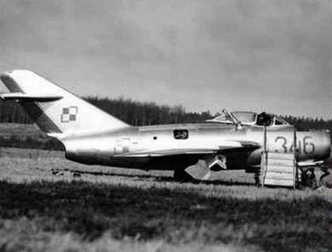 MiG-15 nb 346 jako pomoc dydaktyczna w 31 LPSzk-B na Lotnisku Łask. 1962r.