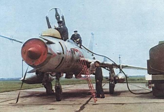 Su-20 nb 03/4243 w czasie uzupełniania paliwa. Powidz 1974r.