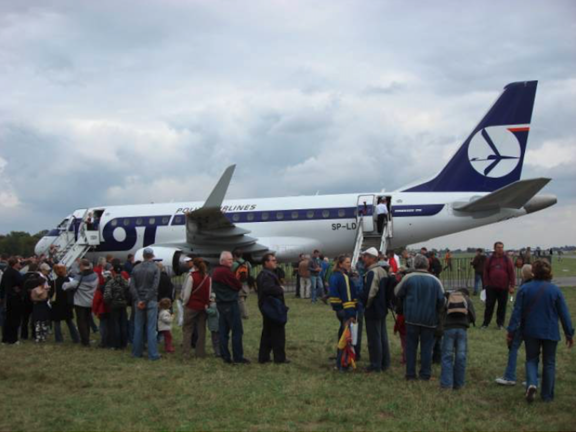 A string of people willing to see the Embraer 170 SP-LDE plane inside. Air Show Radom 2007. Photo by Karol Placha Hetman