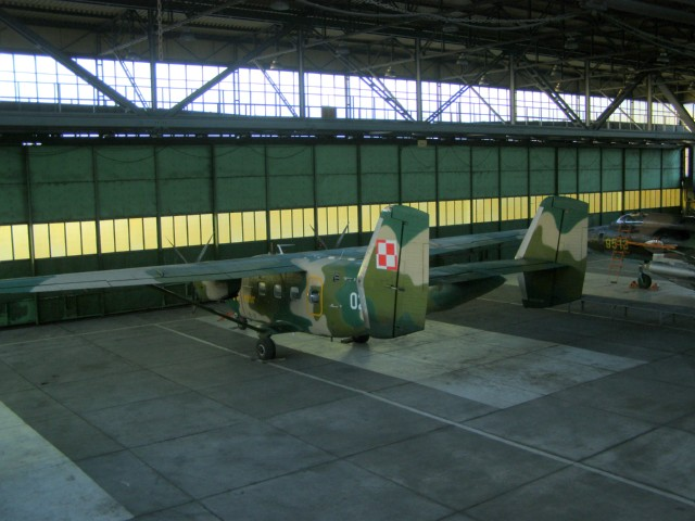 Hangar w zachodniej części lotniska. W jego wnętrzu M-28 Bryza nb 0208 i Su-22 M 4 nb 9512. 2007r.