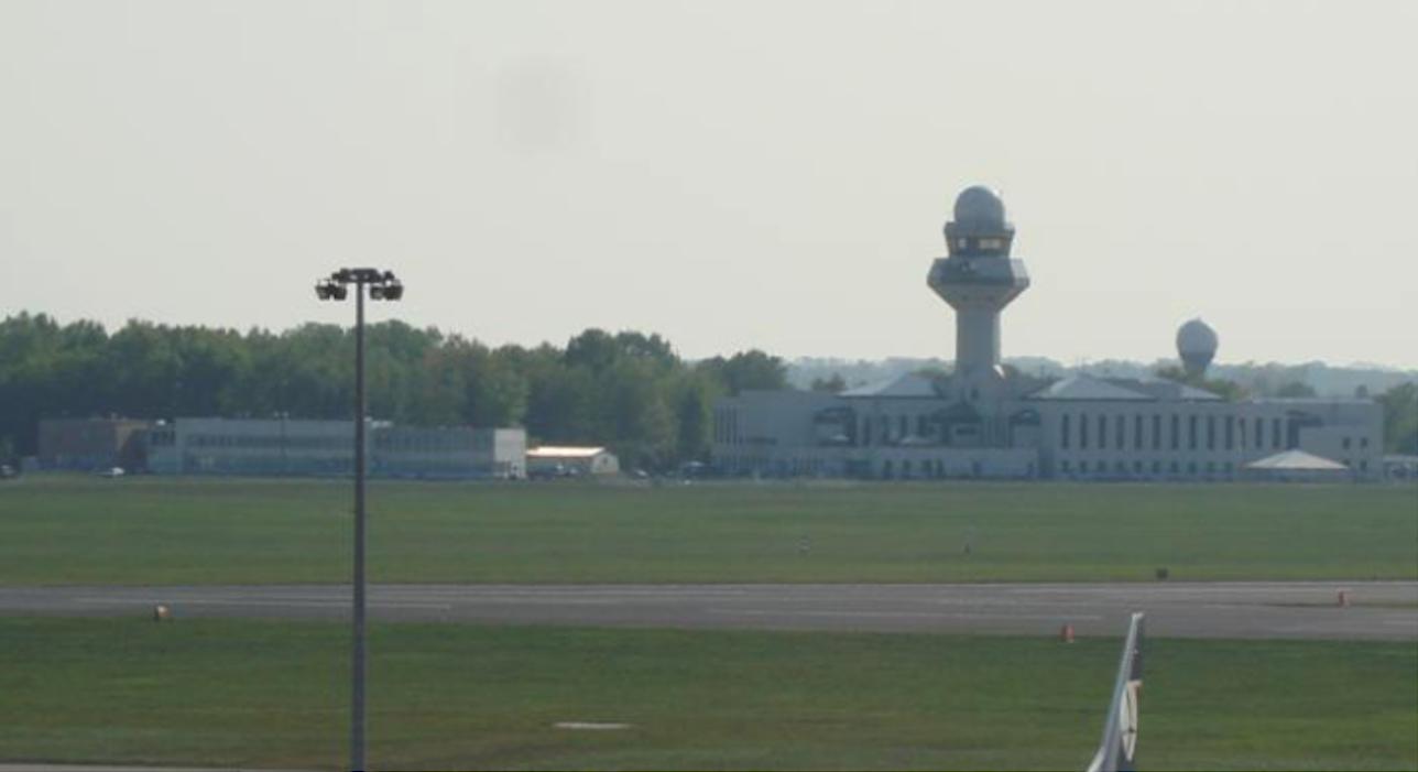 Centrum Kierowania Ruchem Lotniczym z 1964 roku, to budynek po lewej stronie (już bez wieży). Po prawej nowe centrum. 2009 rok. Zdjęcie Karol Placha Hetman