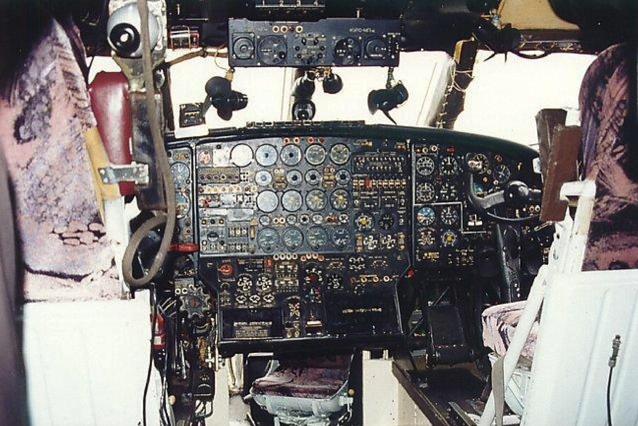 Kabina An-12. Pod tablicą widać przejście i fotel nawigatora. 1980 rok. Zdjęcie LAC