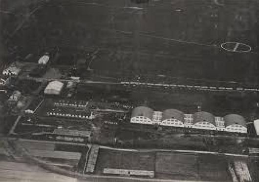 Lotnisko Rakowice. Stacja Lotnicza. Widoczne cztery hangary stacji lotniczej. 1924 rok. Zdjęcie LAC