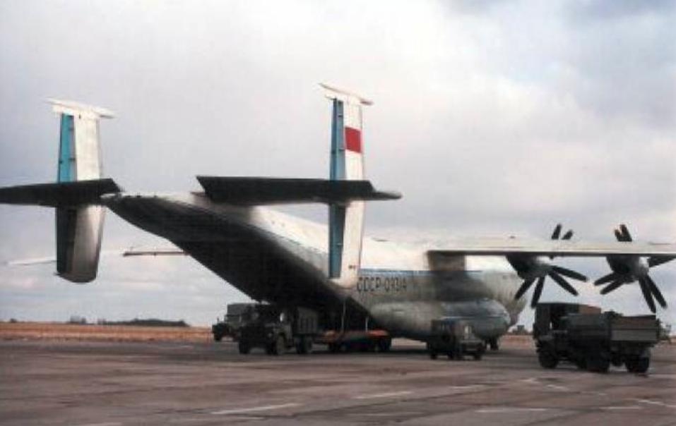 Samolot transportowy An-22 na Lotnisku Krzywa.1992 rok. Zdjęcie LAC