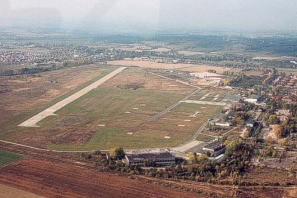 Lotnisko Legnica. Widok w kierunku zachodnim. 2000 rok. Zdjęcie LAC