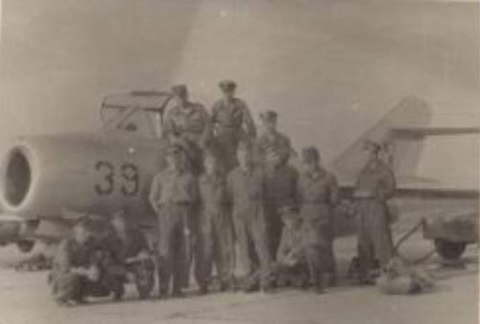 Personel 53 PLSz podczas przeszkalania na samoloty z napędem turboodrzutowym na Lotnisku Bydgoszcz. Koniec 50-tych lat.
