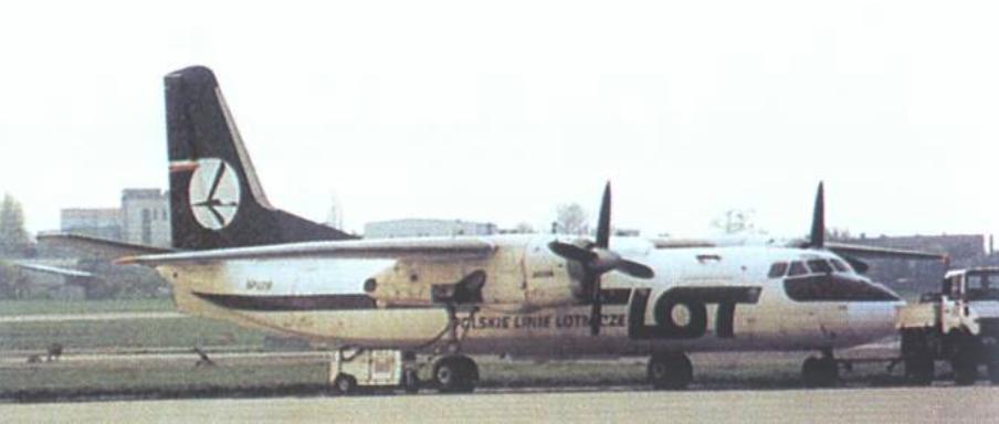 An-24 W rejestracja SP-LTB na Okęciu. Samolot w nowej wersji malowania. 1988 rok. Zdjęcie LAC