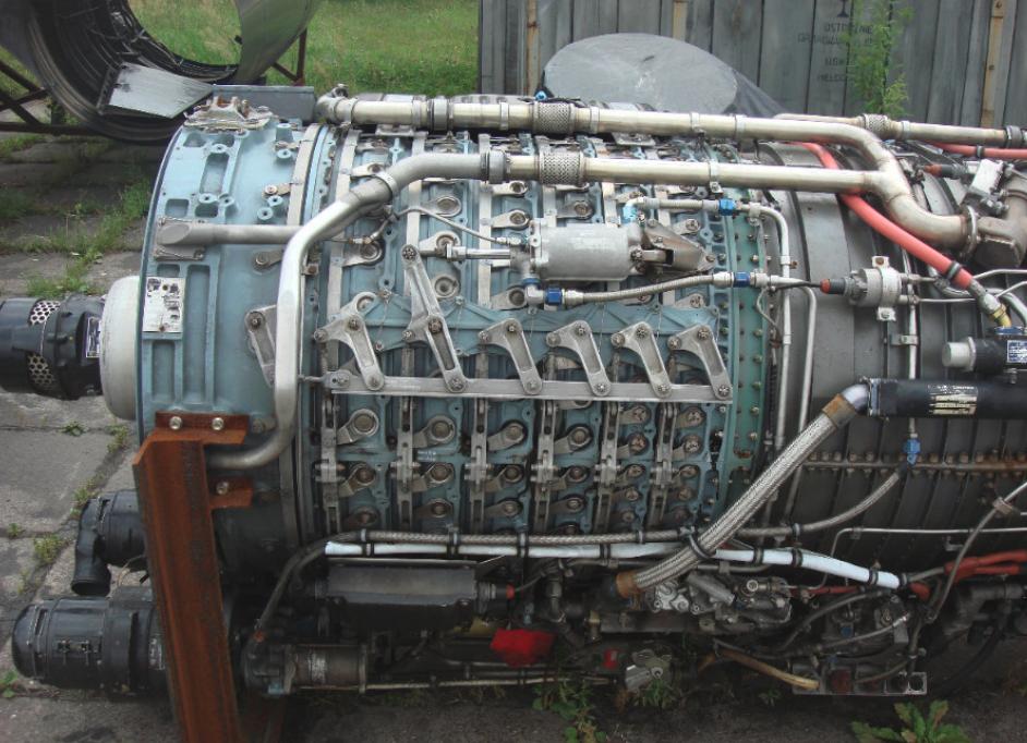 Silnik General Electric J79-GE-11A. Widoczny układ dźwigni przestawiający łopatki stojana. 2011 rok. Zdjęcie Karol Placha Hetman