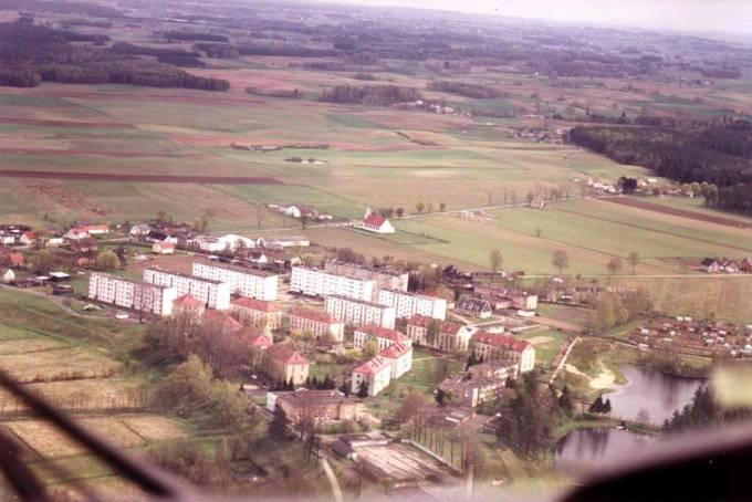 Osiedle Siemirowice. Na zdjęciu możemy dostrzec; Klub Garnizonowy, szkołę i kościół. 2000r.