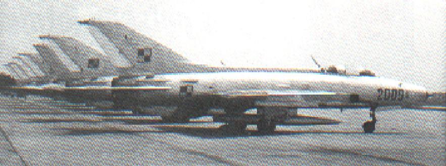 Samoloty MiG-21 F-13 na lotnisku. Na pierwszym planie MiG-21 F-13 nr 742009. Modlin 1963 rok. Zdjęcie LAC