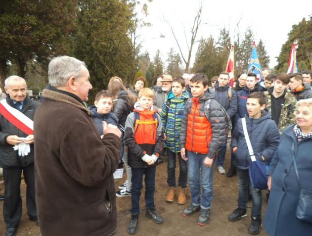 Młodzież z ogromnym zainteresowaniem słuchała słów Stanisława Błasiaka