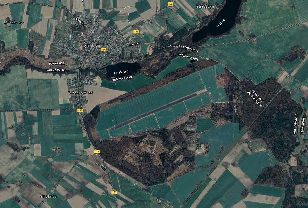 Lotnisko Debrzno w widoku z satelity. 2009 rok. Zdjęcie LAC