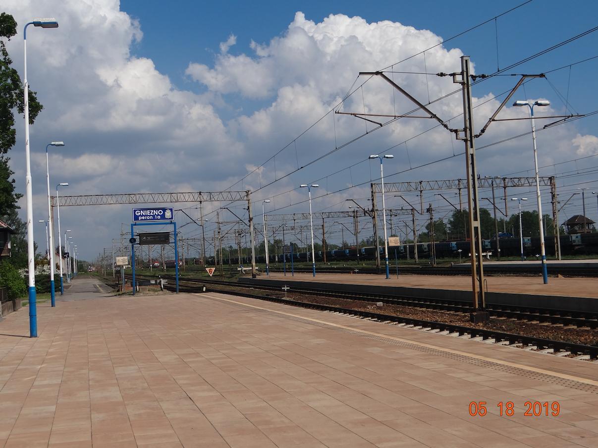 Dworzec Gniezno. Widok w kierunku Inowrocławia i Nakła. 2019 rok. Zdjęcie Karol Placha Hetman