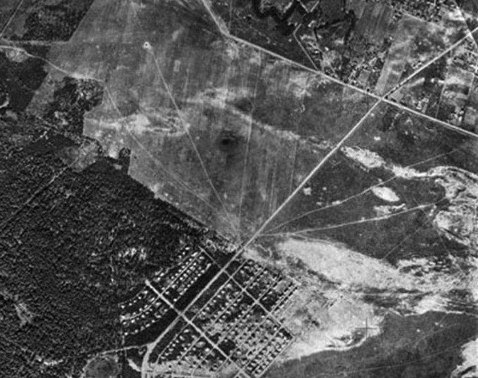 Teren Lotniska Bemowo. Dobrze widoczne mieszkalne osiedle łączności. 1939 rok. Zdjęcie LAC