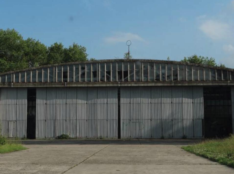 Hangar na Lotnisku Nowe Miasto nad Pilicą. 2012 rok. Zdjęcie Karol Placha Hetman