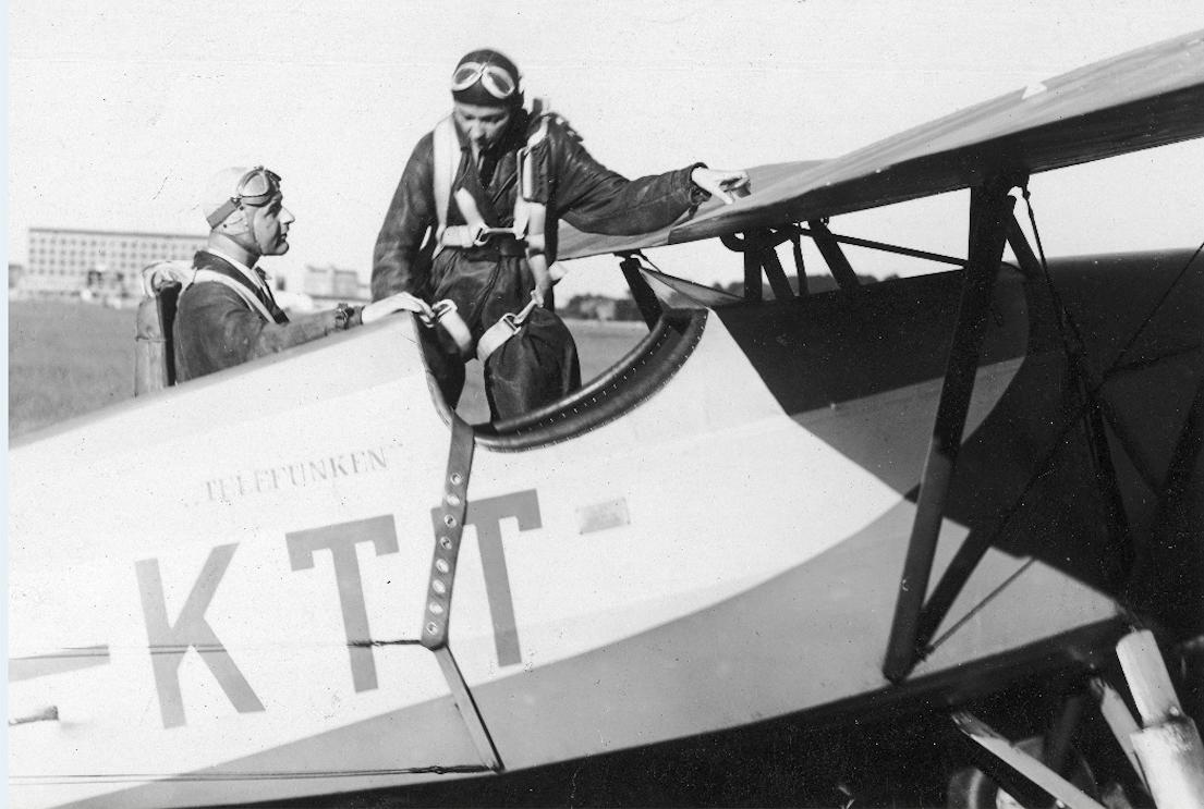 """Pilot Stefania Wojtulanis zajmuje miejsce w samolocie RWD-10 SP-KTT ufundowanym przez pracowników Krajowej Fabryki Radioodbiorników """"Telefunken"""" w 1937 roku. 1939 rok. Zdjęcie LAC"""