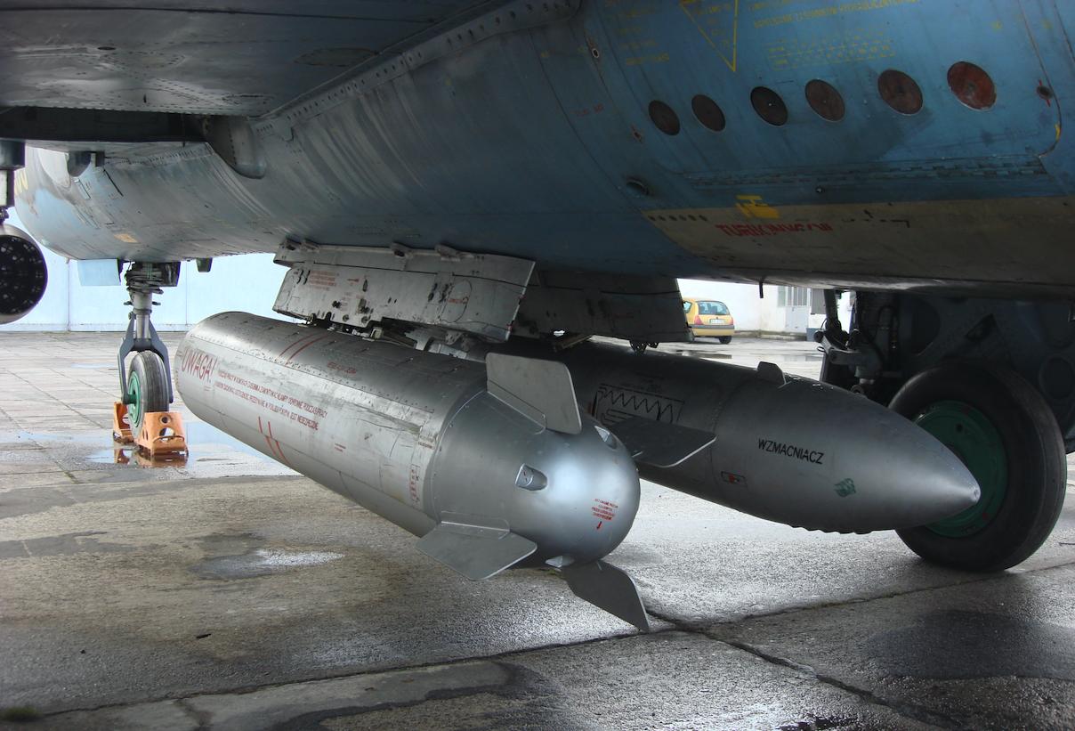 Zasobnik bomb kasetowych, a po prawej zasobnik strzelecki SPPU-22-01. 2009 rok. Zdjęcie Karol Placha Hetman
