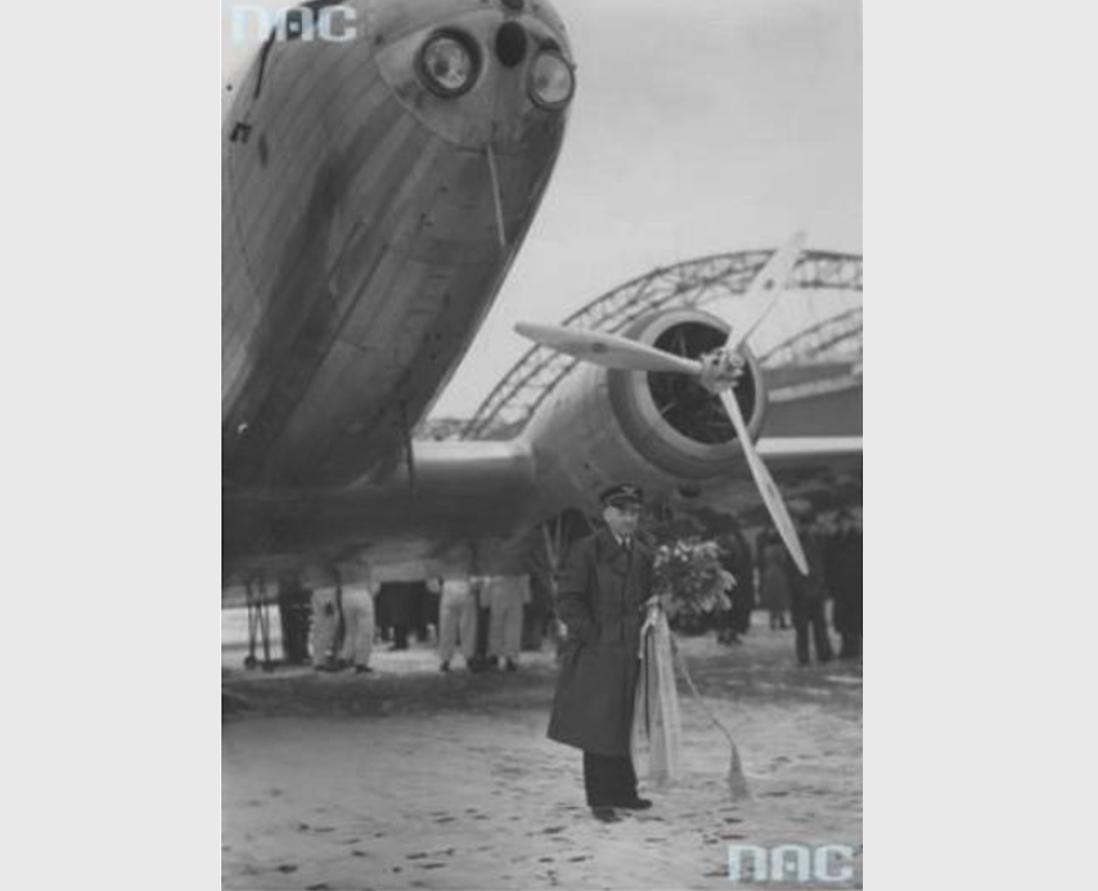 Kapitan Pilot Kazimierz Burzyński, jego DC-2 i 1 000 000 km. Okęcie 1936 rok. Zdjęcie NAC