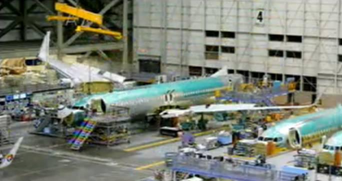 Na nowym stanowisku, które jest początkiem taśmy produkcyjnej, kadłub otrzymuje skrzydła i rusza w drogę. Renton 2011r.