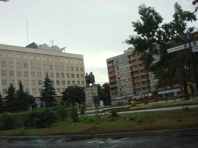 Centrum administracyjne Legnicy z wątpliwym pomnikiem. 2010 rok. Zdjęcie Karol Placha Hetman