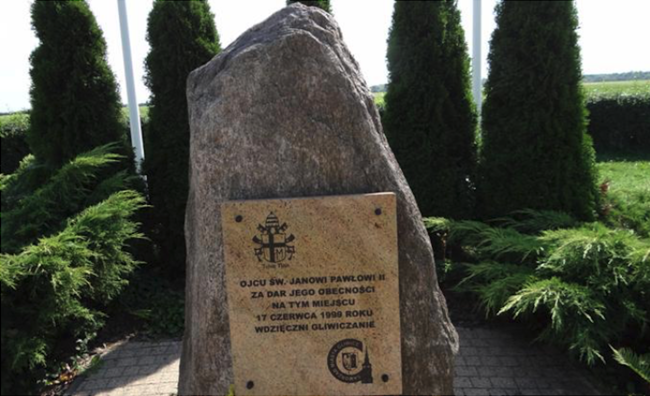 Lotnisko Gliwice. Pomnik ku czci świętego Jana Pawła II Wielkiego. 2012 rok. Zdjęcie Karol Placha Hetman