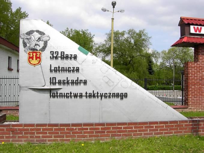 Symbol Lotniska Łask. Skrzydło samolotu MiG-21. 2006r.