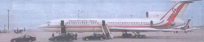 Tu-154 M nb 101 Okęcie 10.04.2010 rok. Pasażerowie zajmują miejsce w samolocie. Zdjęcie LAC