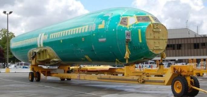 Kadłub Boeing 737 wjeżdża do hali montażowej. Renton 2011r.
