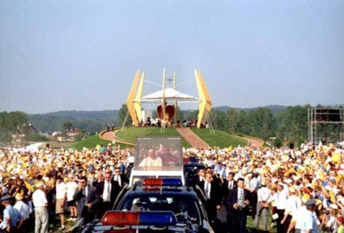 Jan Paweł II na Lotnisku Elbląg 6.06.1999r. Zdjęcie ze strony www. umelbląg.pl