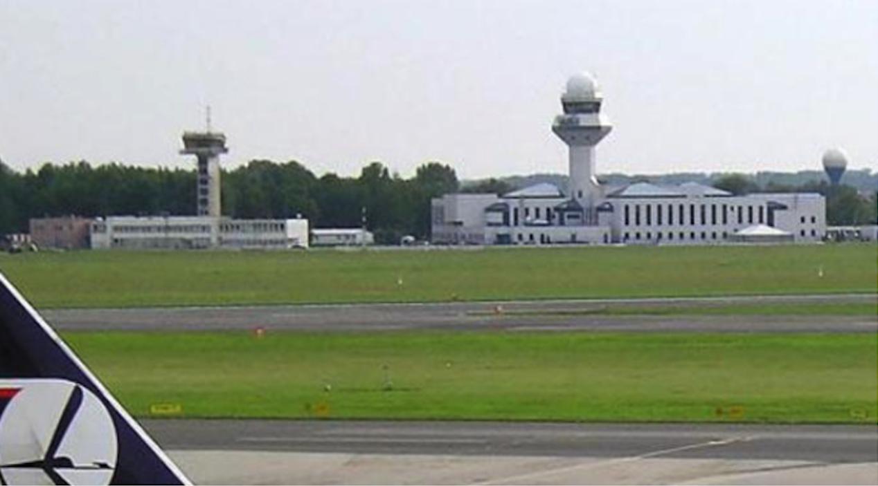 Centrum Kierowania Ruchem Lotniczym z 1964 roku, to budynek po lewej stronie. Po prawej nowe centrum. 2005 rok. Zdjęcie Karol Placha Hetman