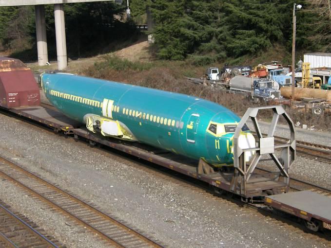 Kadłub Boeing 737 na platformie kolejowej. Gdzieś w USA miedzy Wichita, a Renton. 2011r.