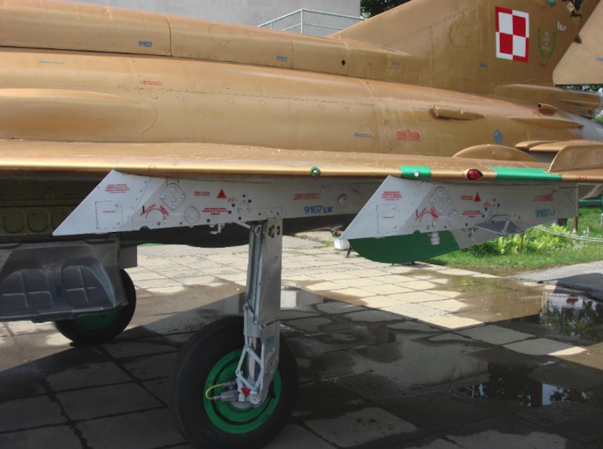 MiG-21 MF nb 9107 po renowacji. Doskonale widoczne napisy eksploatacyjne. Czyżyny 2009 rok. Zdjęcie Karol Placha Hetman