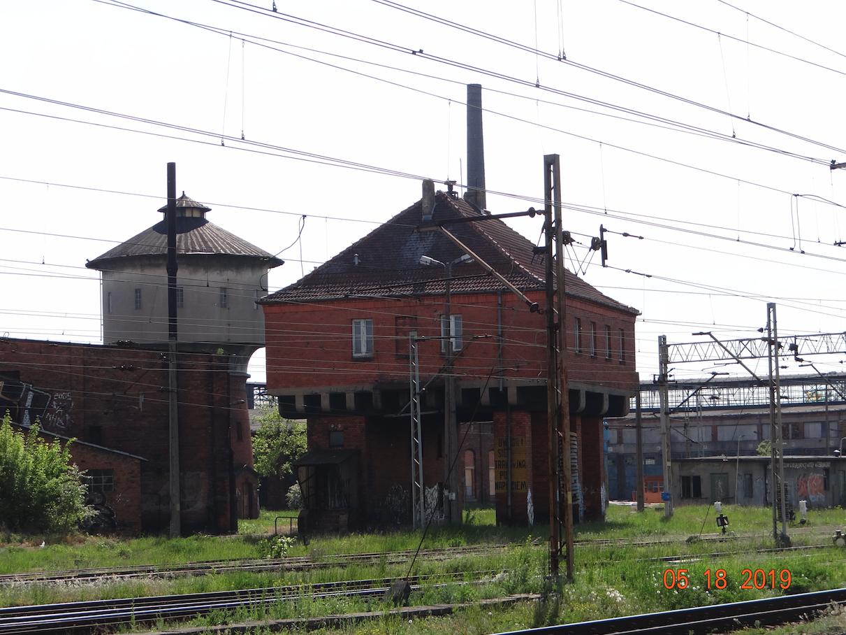 Gniezno. Nastawnia, wieża wodna i lokomotywownie. 2019 rok. Zdjęcie Karol Placha Hetman