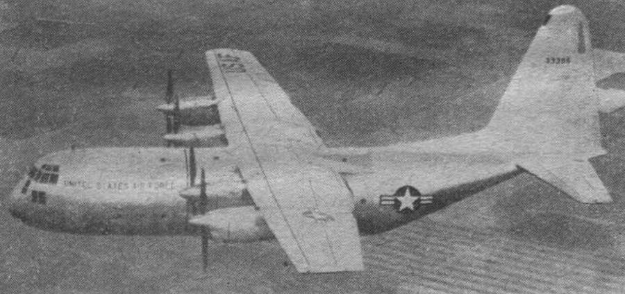Lockheed C-130 A USAF w locie. Dobrze widoczny nos bez SR i trójłopatowe śmigła. 1959 rok. Zdjęcie LAC.
